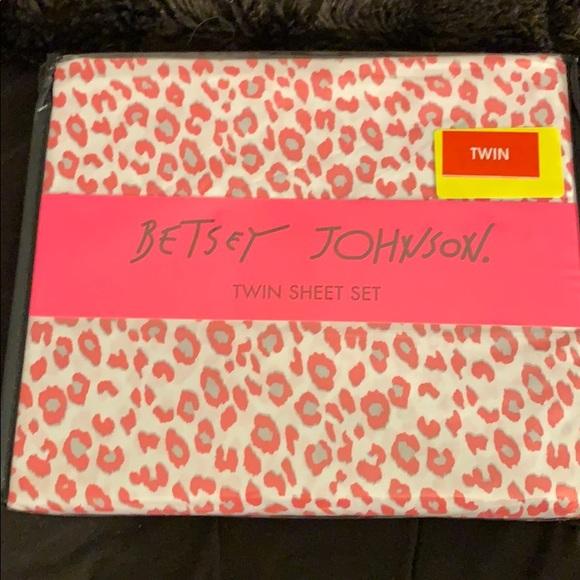 Betsey Johnson Other - Betsey Johnson twin sheet set cheetah pink